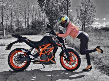 Picture with tags: HD, Girls, Bikes