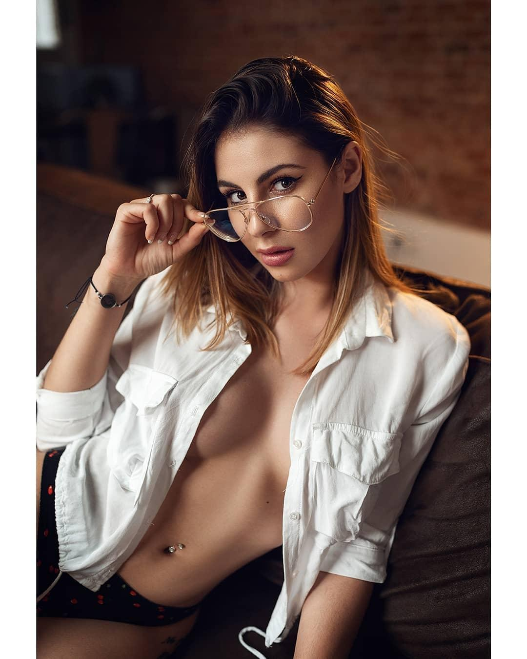 Picture with tags: HD, Topless, Interesting, Girl