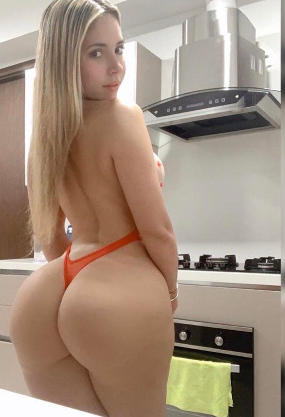 Imagen con etiquetas:En Topless, Interesante, Chica